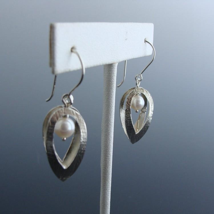 Boucles d'oreilles Cage avec perle blanche