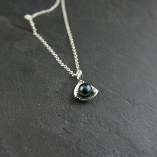 Pendentif Triangle perle noire