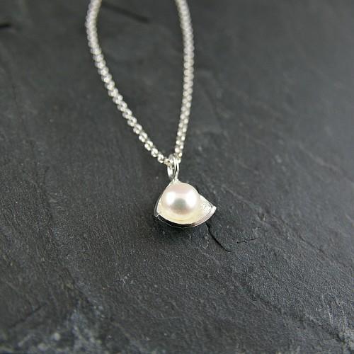 Pendentif Triangle perle blanche